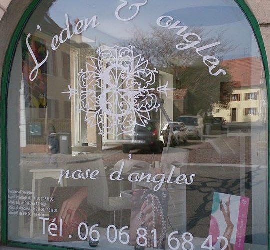 Lettrage adhésif sur vitrine